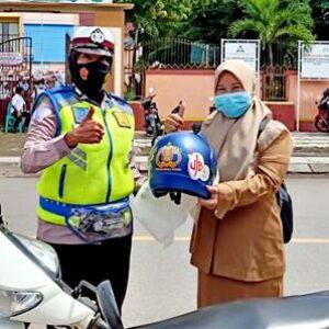 Pengendara Taat Aturan Dapat Helm Gratis dari Polres Bima Kota