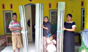 Pemdes Runggu Bagikan Bantuan Seng BPBD untuk Masyarakat