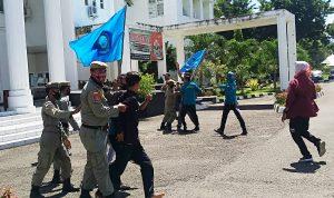 Demo Walikota Bima, Massa Aksi Bentrok dengan Pol PP