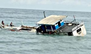 Mesin Mati, Kapal Muat Garam Tenggelam di Perairan Wera