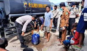 Warga Melayu Kesulitan Kebutuhan Dasar, Polres Bima Kota Salurkan Air Bersih