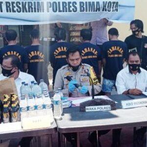 Polisi Amankan Penjudi Online dan Sita Miras Selama Operasi Pekat
