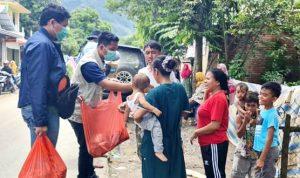 Bantu Korban Banjir, Bulog Bima Bagikan Beras 12 Ton dan Nasi Bungkus
