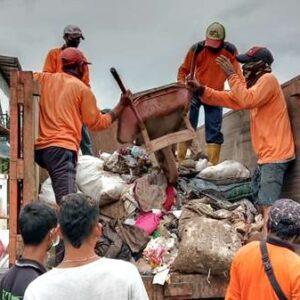 DLH Kota Bima Bantu Angkut Sampah Banjir di Kabupaten Bima