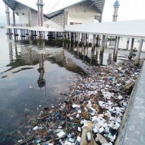 Sampah di Sekitar Masjid Terapung, Gawis: Bukan Ranah DLH yang Bersihkan