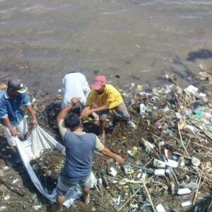 DLH Kota Bima Akhirnya Bersihkan Sampah di Masjid Terapung