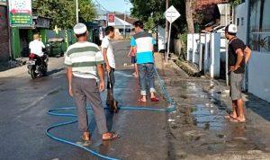 Warga Santi Bersihkan Jalan Raya untuk Sholat Idul Fitri