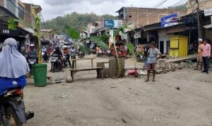 Jalan Lintas Provinsi Depan Pertokoan Tente Diblokir Warga