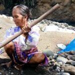 Bantu Pengobatan Suami, Siti Aminah Mengais Rupiah dengan Menggali Pasir