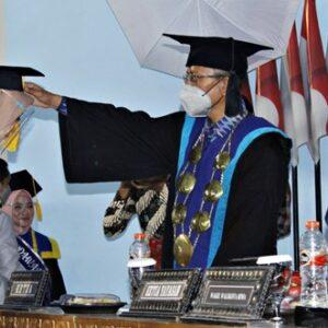 213 Mahasiswa-Mahasiswi STIE Bima Diwisuda, Firdaus: Jadilah Lilin di Tengah Gelap