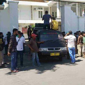Kasus Tracking Mangrove, Demonstran Desak APH Bebaskan Feri Sofiyan dari Segala Tuntutan