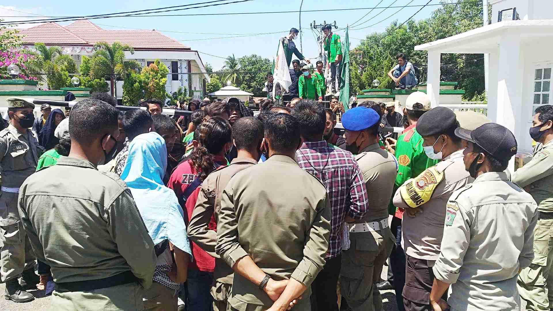 Mahasiswa STIH Bima Desak Walikota dan Kapolres Tutup Kafe Penjual Miras