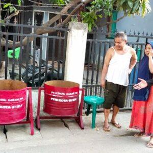 PTTB Bersama Gudang Garam Bagikan Puluhan Bak Sampah